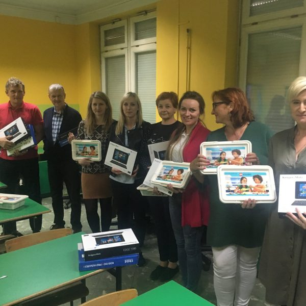 Zdjęcie pokazujące nauczycieli z tabletami